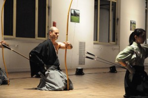 Cérémonie de Tir à l'arc, par Claude Luzet (fédération de kyûdô traditionnel, Montreuil)